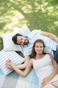Couple relaxing on picnic blanketの写真素材 [FYI02155818]
