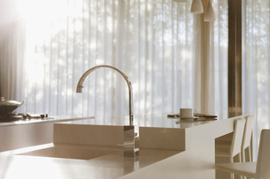 Faucet and sink in modern kitchenの写真素材 [FYI02155847]