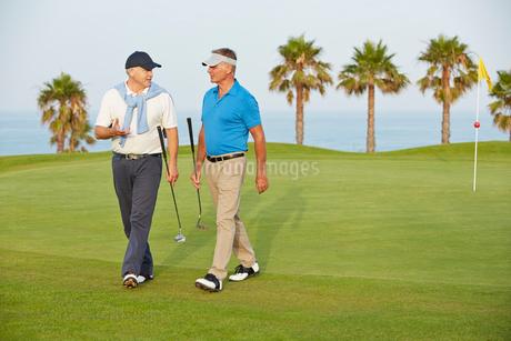 Senior men walking on golf courseの写真素材 [FYI02155852]