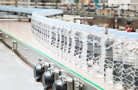 Bottles on conveyor belt in factoryの写真素材 [FYI02155863]