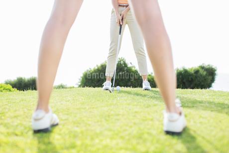 Women putting on golf courseの写真素材 [FYI02155899]