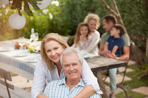 Portrait of smiling senior couple at family picnicの写真素材 [FYI02155932]