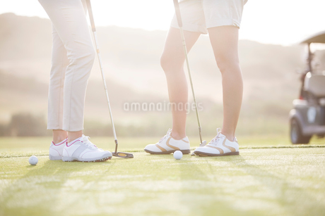 Women standing on golf courseの写真素材 [FYI02156015]