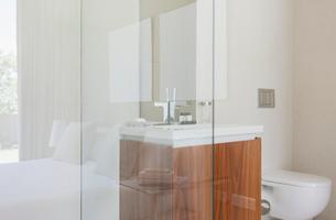 Glass walls of modern bathroomの写真素材 [FYI02156068]