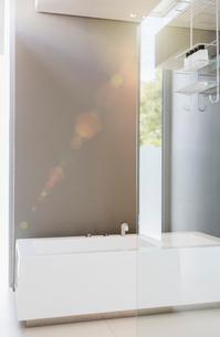 Bathtub and glass wall in modern bathroomの写真素材 [FYI02156073]