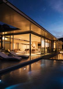 Modern house illuminated at nightの写真素材 [FYI02156129]