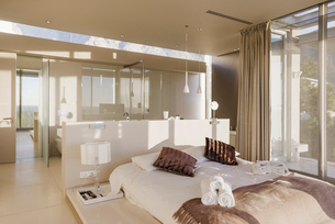 Bed and bathroom in modern master bedroomの写真素材 [FYI02156146]