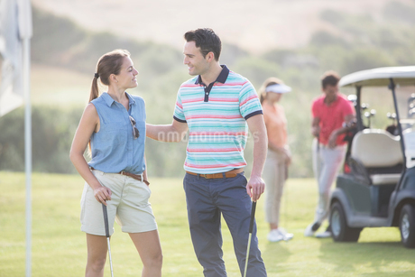 Friends playing golf on courseの写真素材 [FYI02156153]