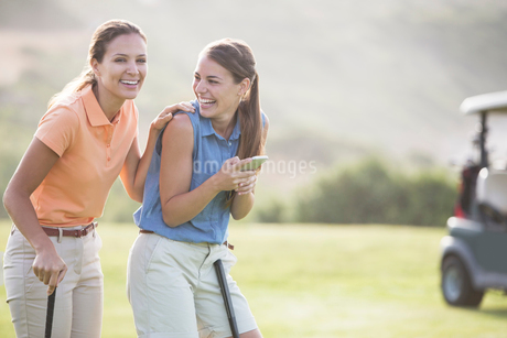 Women laughing on golf courseの写真素材 [FYI02156174]