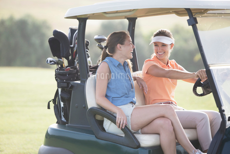 Women driving cart on golf courseの写真素材 [FYI02156201]