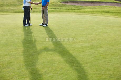 Senior men shaking hands on golf courseの写真素材 [FYI02156207]