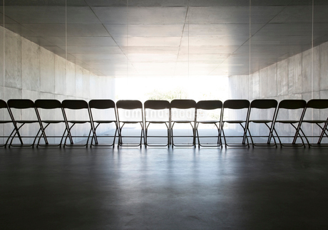 Silhouette of office chairs lined up in a rowの写真素材 [FYI02156226]