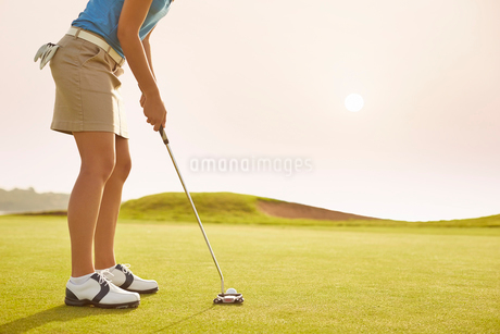 Woman putting on golf courseの写真素材 [FYI02156247]