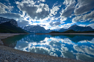 Clouds reflected in still lakeの写真素材 [FYI02156357]