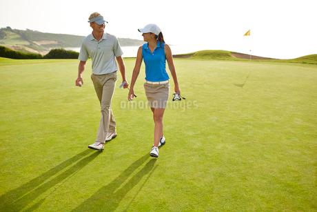 Couple walking on golf courseの写真素材 [FYI02156484]
