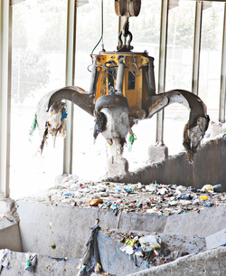 Claw releasing recycling in recycling centerの写真素材 [FYI02156524]