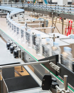 Bottles on conveyor belt in factoryの写真素材 [FYI02156562]