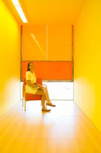 Businesswoman sitting in bright officeの写真素材 [FYI02156621]