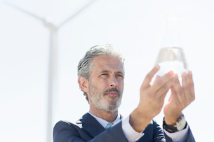 Businessman holding glass of water outdoorsの写真素材 [FYI02156623]