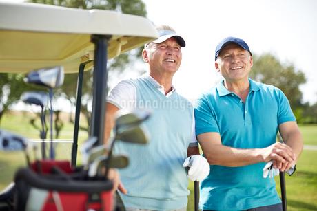 Senior man standing next to golf cartの写真素材 [FYI02156649]