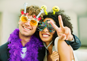 Couple wearing decorative glasses at partyの写真素材 [FYI02156654]
