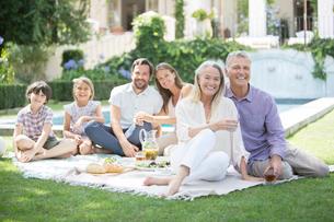 Multi-generation family enjoying picnic in backyardの写真素材 [FYI02156671]