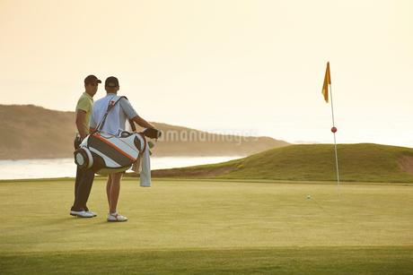 Men on golf course overlooking oceanの写真素材 [FYI02156689]
