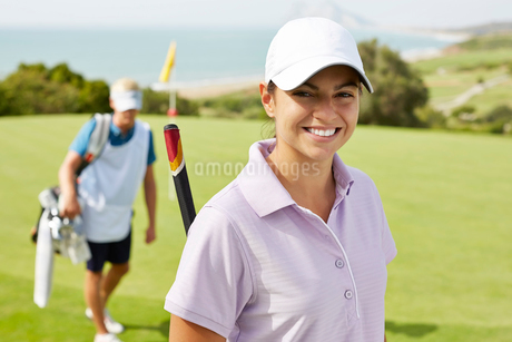 Smiling woman on golf courseの写真素材 [FYI02156694]
