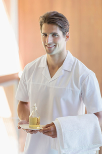 Masseuse carrying pitcher of oil at spaの写真素材 [FYI02156699]