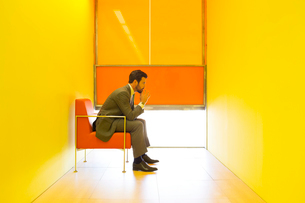 Businessman thinking in bright officeの写真素材 [FYI02156712]