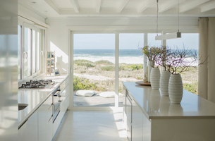 Modern white kitchen with ocean viewの写真素材 [FYI02157039]