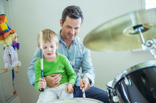 Father and son playing drums togetherの写真素材 [FYI02157055]
