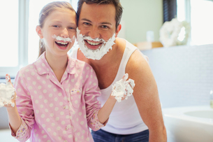 Father and daughter playing with shaving creamの写真素材 [FYI02157173]