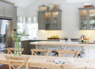 Wooden table in luxury kitchenの写真素材 [FYI02157203]
