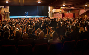 Audience applauding ballerina on stage in theaterの写真素材 [FYI02157239]