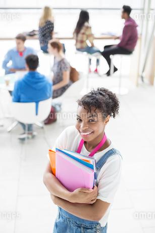 University student smiling in loungeの写真素材 [FYI02157301]