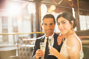 Couple drinking champagne in restaurantの写真素材 [FYI02157334]