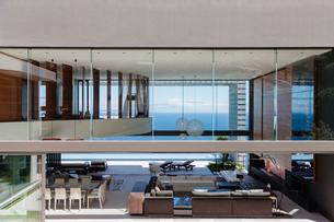 Glass walls of modern house overlooking oceanの写真素材 [FYI02157390]