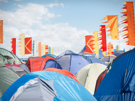 Tents crowded at music festivalの写真素材 [FYI02157438]