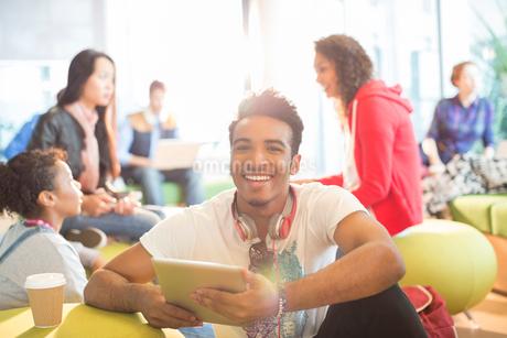 University student using digital tablet in loungeの写真素材 [FYI02157458]