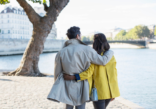 Couple walking along Seine River, Paris, Franceの写真素材 [FYI02157461]