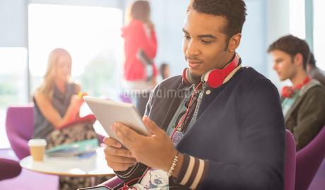 University student using digital tablet in loungeの写真素材 [FYI02157488]
