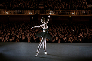 Ballerina performing on stage in theaterの写真素材 [FYI02157666]