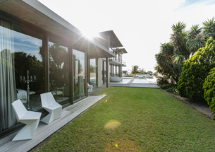 Modern house and yardの写真素材 [FYI02157670]