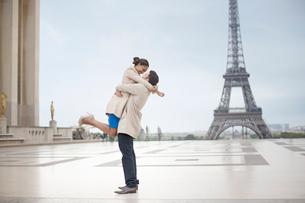 Couple hugging near Eiffel Tower, Paris, Franceの写真素材 [FYI02157715]