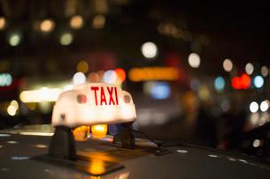 Close up of illuminated Parisian taxi light, Paris, Franceの写真素材 [FYI02157799]