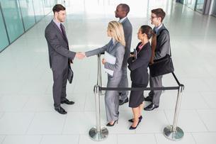 Business people shaking handsの写真素材 [FYI02157845]