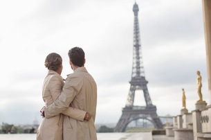 Couple admiring Eiffel Tower, Paris, Franceの写真素材 [FYI02157926]