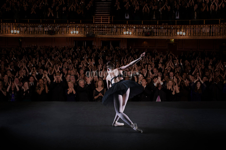 Ballerina bowing on stage in theaterの写真素材 [FYI02157931]