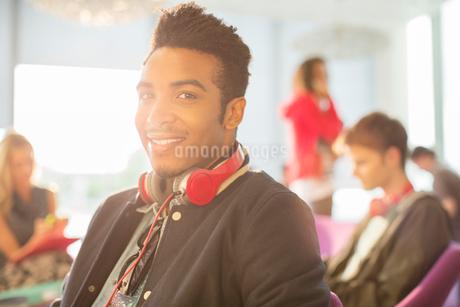University student smiling in loungeの写真素材 [FYI02158018]